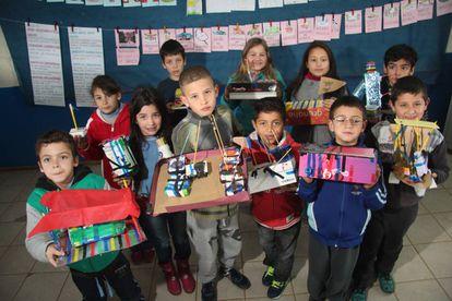 Alunos do 2º e 3º anos mostram suas engenhocas inspiradas no parque de diversões. Cada grupo estuda o funcionamento de um brinquedo.