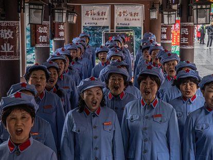 O grupo musical da senhora Guo em Zunyi (China), vestido com o uniforme do Exército Vermelho, entoa uma canção revolucionária.