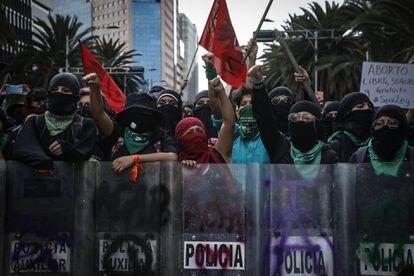 Mulheres protestam com os escudos que elas tiraram da polícia da Cidade do México, em 28 de setembro.