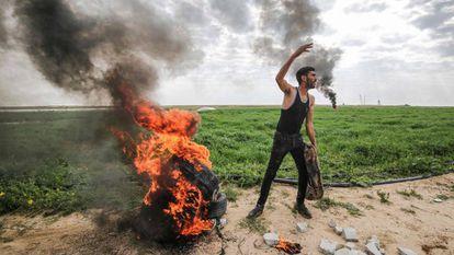 Manifestante palestino na fronteira de Gaza com Israel, no último domingo.