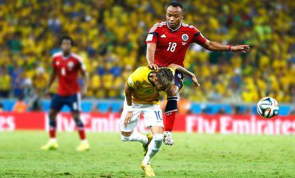 Neymar é atingido por Zúñiga no Brasil x Colômbia da Copa 2014.