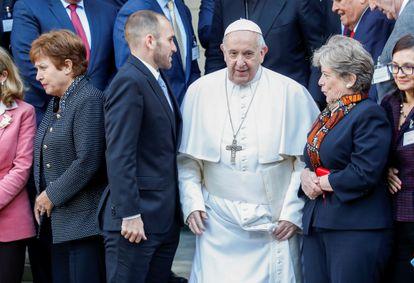 Alicia Bárcena (à direita) ao lado do papa Francisco em Roma, onde participa de encontro de economistas