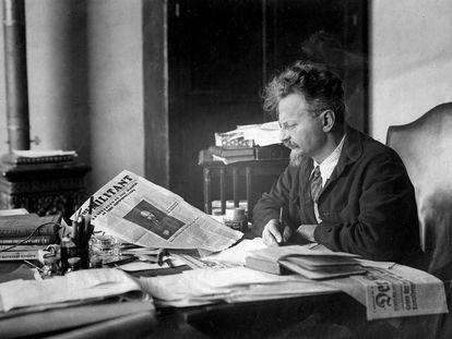 Leon Trotsky no escritório de sua casa no México.