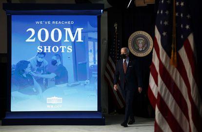 Joe Biden após anunciar que os Estados Unidos distribuíram 200 milhões de doses da vacina, em 21 de abril de 2021, em Washington.