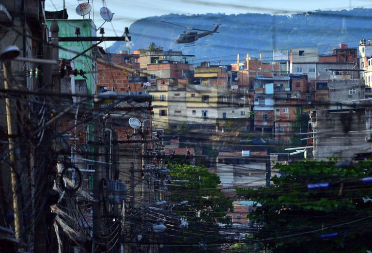Helicóptero da polícia sobrevoa o Complexo de Favelas da Maré, no Rio de Janeiro.