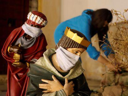 Os reis magos de um presépio de Cartagena, na Colômbia, vestidos com máscaras para ressaltar a necessidade de cuidados frente ao coronavírus