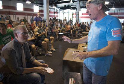 Greg Glassman, dono e fundador da CrossFit Inc. (de pé, de boné), fala com seus funcionários durante um evento da marca organizado em Washington em 2015.