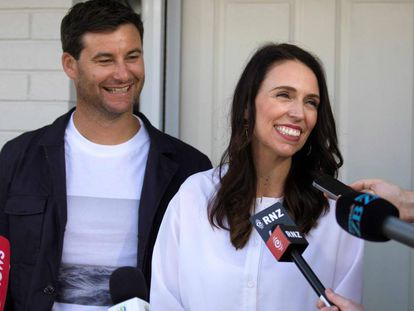 Jacinda Ardern e seu casal, Clarke Gayford, durante a coletiva de imprensa muito próximo de sua casa em Auckland.