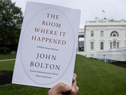 Exemplar de 'The Room Where It Happened', as memórias de John Bolton, nesta quinta-feira em frente à Casa Branca.