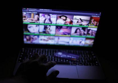 Um usuário navega por páginas pornográficas de garotas com webcam em Londres.