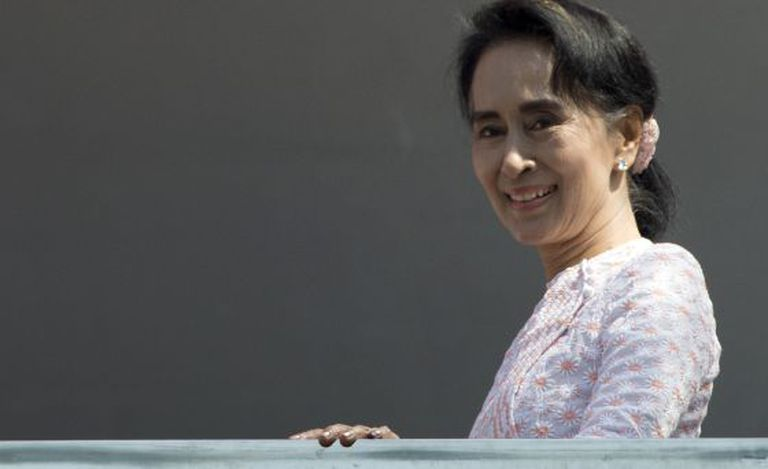 Aung San Suu Kyi, na varanda da sede de seu partido.
