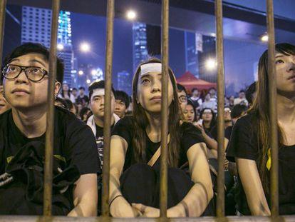 Jovens participam de protesto.