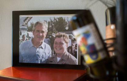Dremann, quando ainda era mulher, em uma fotografia com o ex-presidente Bush.
