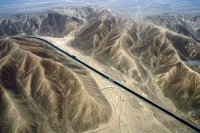 Um pedaço da estrada Pan-americana na região do deserto de Nazca, no Peru.