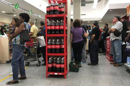 Pessoas fazem compras em Caracas.