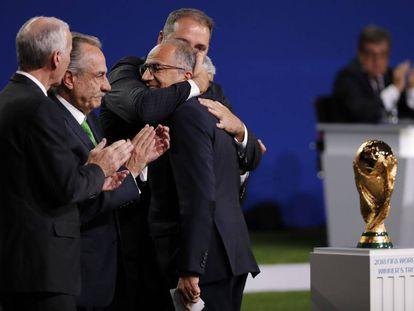 Representantes dos países vencedores se abraçam, nesta quarta.