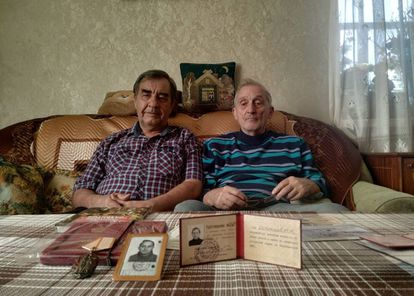 Igor Ostretsov (à direita) ao lado de Valeri Volkov na sala da casa do primeiro, em Moscou.