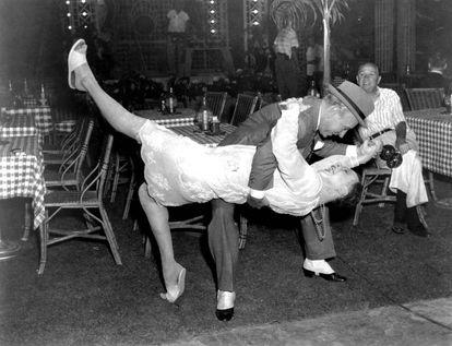 George Raft e Jack Lemmon, dançando tango.