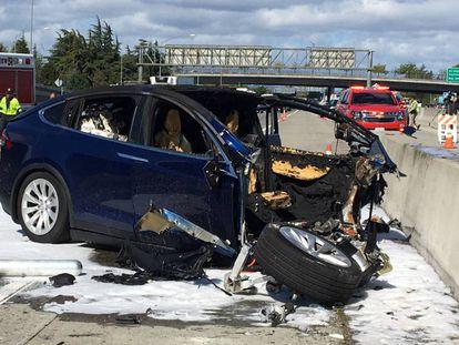 Serviços de resgate trabalham no local onde o carro bateu, na Califórnia.