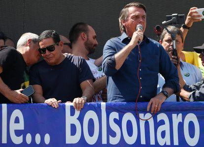 Bolsonaro discursa ao lado do vice-presidente Hamilton Mourão.