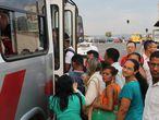 Pessoas em ponto de ônibus de Brasília.