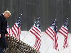 El presidente Donald Trump baja los escalones antes de un discurso cerca de una sección del muro fronterizo en Alamo, Texas. ( / The Monitor vía AP)