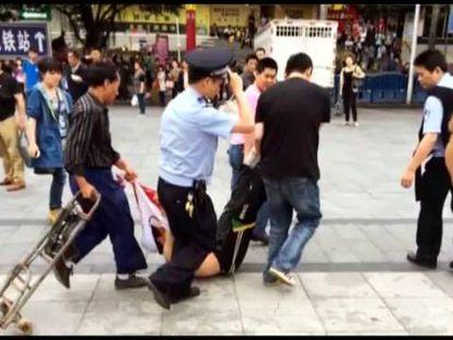 Quatro homens arrastam um dos suspeitos do ataque com uma faca.