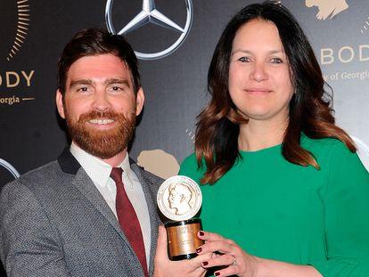 Rukmini Callimachi e seu colega Andy Mills, após receber um prêmio por 'Caliphate' em 2019, em Nova York.