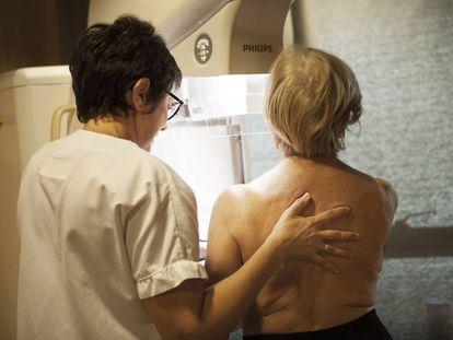 Mulher realiza uma mamografia em uma clínica francesa.
