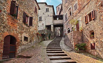 Uma rua da vila medieval de Anghiari.