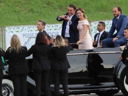 Jair Bolsonaro ao lado da primeira-dama Michelle e do filho Carlos no dia da posse .