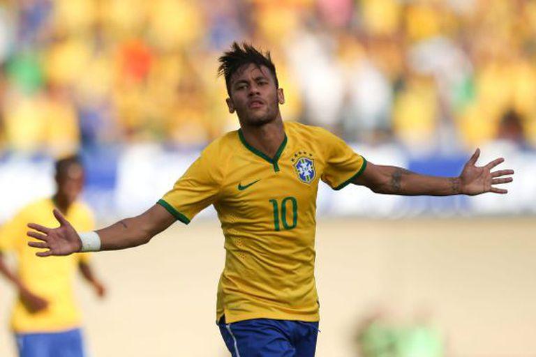Neymar comemora o seu gol no Serra Dourada.