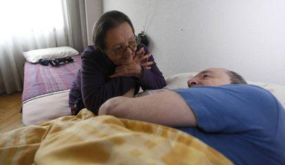 Blanca, com o filho enfermo de quem cuida, em Torrejón de Ardoz.