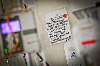 Um papel colado próximo aos leitos traz informações pessoais sobre os pacientes.