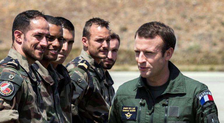 Emmanuel Macron visitou na quinta-feira as tropas no sul da França.