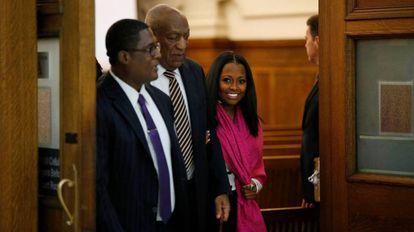 O comediante Bill Cosby deixa a sala do tribunal, numa pausa para o almoço durante seu julgamento por abuso sexual