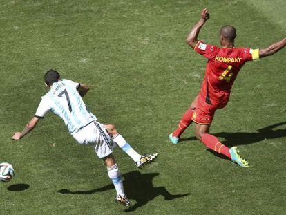 Di María chuta no gol na ação que lhe causou a lesão.