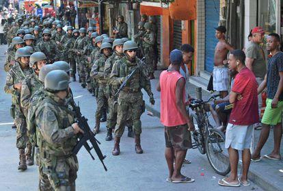 Soldados em uma rua da Rocinha.