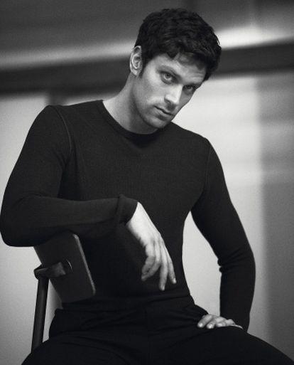Luca Dotto posa para a marca Emporio Armani.