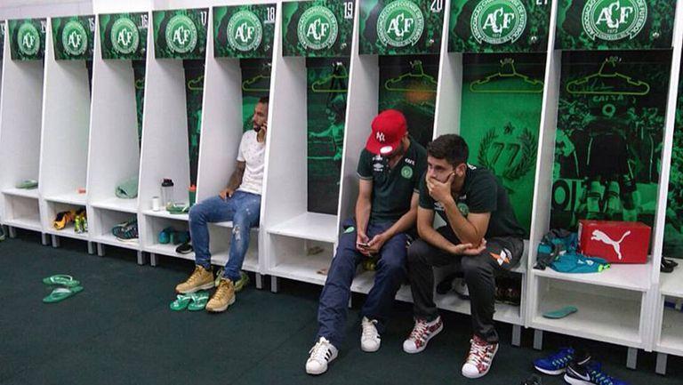 Os jogadores que não viajaram com a Chapecoense à Colômbia rezam por seus companheiros.