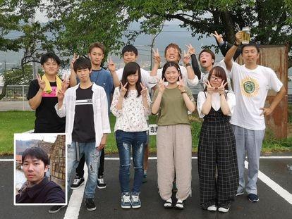 Satoshi, no detalhe da imagem e na foto que permitiu sua localização, com uma caneca de cerveja na mão.