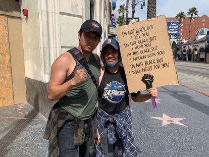 Os irmãos Sean e Jaden See protestam em Los Angeles.