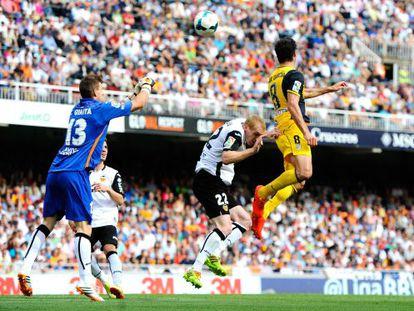 Raúl García finaliza de cabeça contra Mathieu e Guaita.