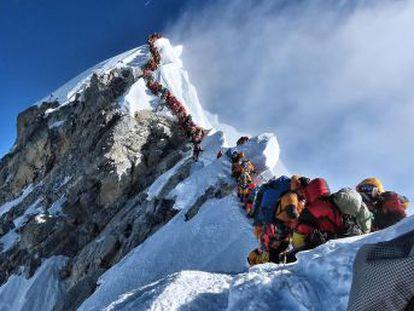 O escalador nepalês Nirmal Purja conta como capturou a imagem da aglomeração no topo do mundo e tentou organizar aquele caos