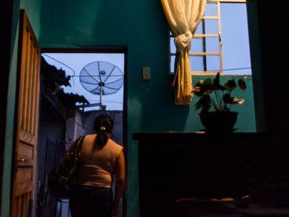 Gildete, saindo de casa, com o nascer do sol.