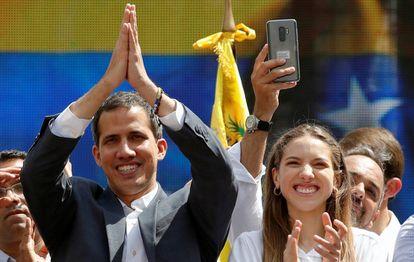 Juan Guaidó e sua mulher, Fabiana Rosales, neste sábado ao término da manifestação da oposição.