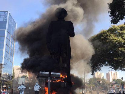 Chamas atingem a estátua de Borba Gato, na zona sul de São Paulo.