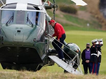 Donald Trump entra no Marine One para voltar à Casa Branca após jogar golfe em Sterling na quinta-feira.
