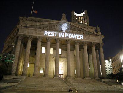 Uma imagem da juíza Ruth Bader Ginsburg, projetada na fachada da Corte Suprema, em Nova York, na noite de sexta-feira.