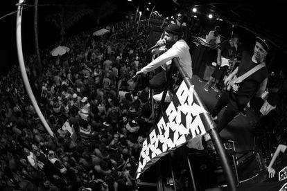 BaianaSystem de cima do trio Navio pirata no Carnaval de Salvador, em 2020.